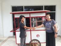 Ketua Kartini Perindo Banten Bagikan Gerobak Gratis kepada Pedagang