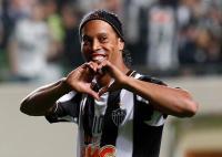 Ronaldinho Bantah Akan Menikahi 2 Wanita Sekaligus