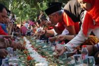 Hadiri Kembul Bujana, Ganjar Makan Lesehan Bersama Ribuan Warga Klaten