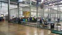 "Di Pusat Tahanan Imigran AS, Orang Dewasa dan Anak-Anak Dikumpulkan dalam ""Kandang"""