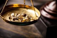 Manfaatkan Penurunan Dolar AS, Harga Emas Naik Tipis