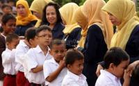 Potret Momen Seru Mengantar Anak di Hari Pertama Sekolah