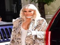 Intip Gaya Busana Kylie Jenner yang Seksi & Menawan, Awas Salah Fokus!