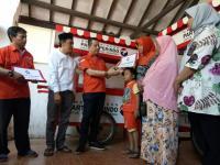 Ketua DPP Rescue Perindo Pimpin Langsung Penyerahan 10 Unit Gerobak di Karawang