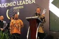 Rektor UNS Dianugerahi Academic Leader Awards Kemenristekdikti 2018