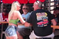 Lihat dengan Seksama, Pelayan Bar Ini Sebenarnya Bugil Loh