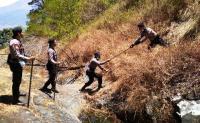 Golok dan Ranting Senjata Ampuh Padamkan Api di Gunung Sumbing