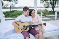 Lagi Jatuh Cinta? Berikut 4 Lagu yang Cocok untuk Dinyanyikan Bersama