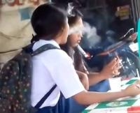 Dua Siswi SMP <i>Ngerokok</i> di Pinggir Jalan Viral, Isapannya Terlihat Mahir