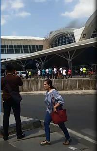 Atap Bandara Hasanuddin Makassar Tiba-Tiba Keluar Asap, Pengunjung Lari Berhamburan