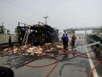 Truk Pembawa Kardus Terbakar di Tol Tangerang-Merak