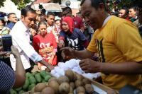 Habis Makan Soto, Jokowi Blusukan ke Pasar Karangayu Semarang Beli Sawo
