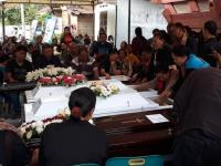Jenazah 1 Keluarga Korban Pembunuhan di Bekasi Tiba di Kampung Halamannya Samosir