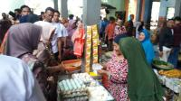 Temani Jokowi Blusukan, Iriana Borong Telur Asin
