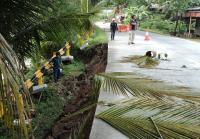 Bahu Jalan Nasional Menuju Batukaras Pangandaran Ambles