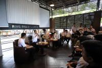 """Ngopi Bareng Milenial, Jokowi-Iriana Kepincut """"Minyeuk Pret"""" Karya Pemuda Aceh"""