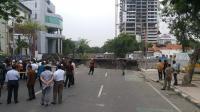 Jalan Gubeng Ambles Disebabkan Tembok Penahan Tanah Basement RS Siloam Roboh
