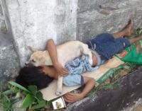 Viral, Anak Jalanan Tidur <i>Bareng</i> Anjing Kecilnya di Trotoar