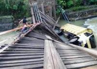 Jembatan Ambruk saat Dilintasi Truk, 2 Desa Terisolir