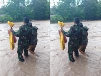 Sungai Meluap, Prajurit TNI AD Bantu Seberangkan Seorang Ibu di Singkuen