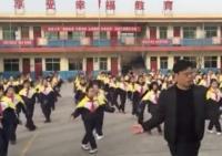 Tinggalkan Gerakan Senam Ala Pemerintah, Tarian Kepala Sekolah di China Jadi Viral