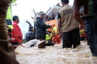 Bupati Gowa Turun Langsung Evakuasi Warga Terdampak Banjir di Pallangga