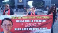 Sambut Kebebasan Ahok, 3 Emak-Emak Bentangkan Spanduk di Depan Mako Brimob