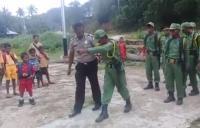 Viral Hansip Kesulitan Maju Jalan saat Baris-berbaris hingga Ditendang Polisi
