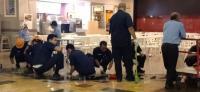 Petugas Bersihkan Pecahan Kaca 2 Restoran di Mal Taman Anggrek Terdampak Ledakan