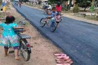 Viral, Lucunya Anak-Anak Main di Jalan Aspal tapi Copot Sandal