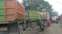 Jalan di Bogor Rusak, Pengendara Bertaruh Nyawa Melintas Bersama Truk yang Lalu Lalang