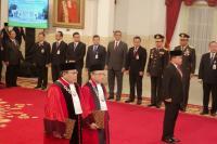 Aswanto-Wahiduddin Diambil Sumpah Hakim Konstitusi di Depan Jokowi