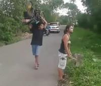 Ban Bocor, Pria Ini Malah Pangggul Yamaha RXZ ke Bengkel