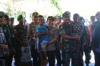 Panglima TNI dan Kapolri Sempatkan Diri Menyapa Anak-Anak Korban Banjir Sentani