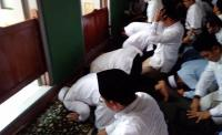 Rayakan Kemenangan, Prabowo Sujud Syukur Usai Salat Jumat