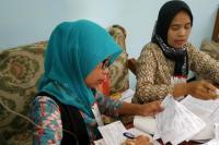 Kisah Ibu Dedeh Tetap Bertugas di TPS meski Tangan Diinfus
