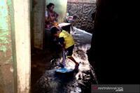 Air Masih Genangi Sebagian Permukiman Warga di Kampung Melayu