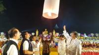 Ribuan Lampion Waisak Dilepaskan Kirim Doa Perdamaian Indonesia