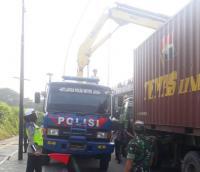 Truk Kontainer Nyangkut di Cempaka Putih, Arus Lalin Ditutup untuk Evakuasi