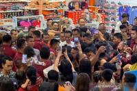Jokowi dan Jan Ethes Hebohkan Pengunjung Mal di Denpasar Bali