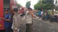 Jemput Jenazah, Ayah Korban Kebakaran Pabrik Korek Bawa Bantal Pink Kesayangan Anaknya