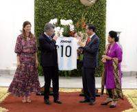 Senangnya Jokowi Dapat Jersey 'Lionel Messi' dari Presiden Argentina