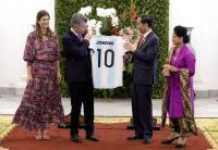 KPK Beri Jokowi 2 Pilihan Terkait Hadiah Jersey dari Presiden Argentina