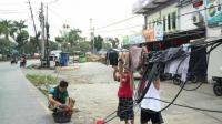 Warga Tangsel Gunakan Kabel Fiber Optik untuk Jemur Pakaian di Jalanan