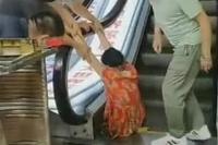 Salah Melangkah, Kaki Perempuan Ini Tersedot ke Dalam Mesin Eskalator