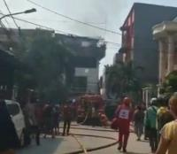 Kebakaran Rumah Tinggal di Jelambar, 20 Mobil Damkar Dikerahkan