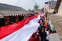 Rayakan HUT RI, Warga Tangerang Bentangkan Bendera Merah Putih Sepanjang 74 Meter