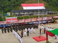 Tentara Malaysia Bantu Kibarkan Bendera Merah Putih Raksasa di Perbatasan