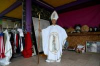 Julia Klug, Aktivis Nyentrik Asal Meksiko: Pakai Kostum Pastur hingga Donald Trump
