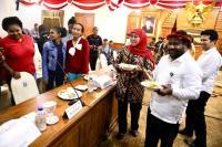 Diplomasi Papeda ala Khofifah untuk Dinginkan Suasana Pasca-Insiden di Asrama Mahasiswa Papua